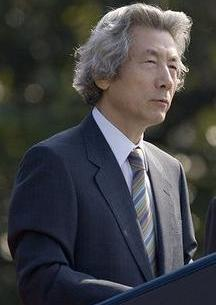 Junichiro_Koizumi_(cropped)_during_arrival_ceremony_on_South_Lawn_of_White_House