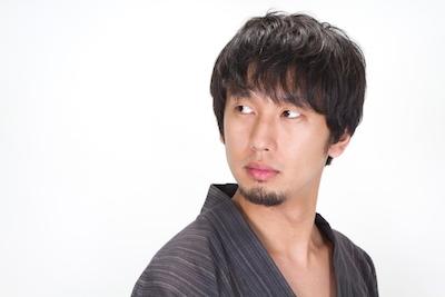 N853_ushirowohurikaeruyukatadanshi500