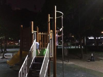 深夜の林森公園で遊ぶ子供達