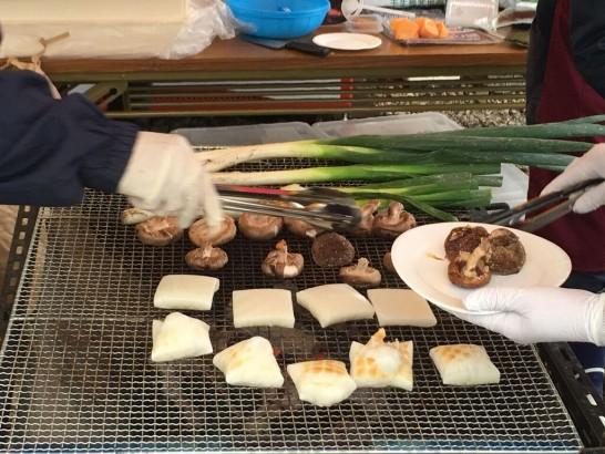 あびこん新そばまつり 焼き餅を地元の野菜と共に